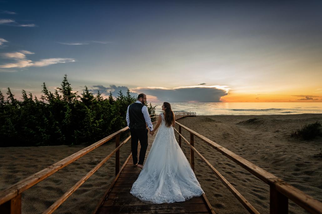 Trash the dress a Sabaudia - sposi passeggiano in spiaggia