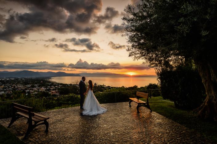 Trash the dress a Sabaudia - sposi guardano il tramonto