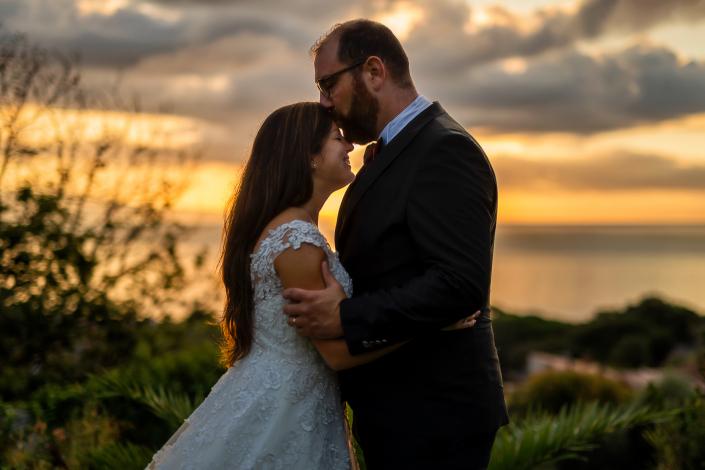 Trash the dress a Sabaudia - sposo bacia fronte sposa