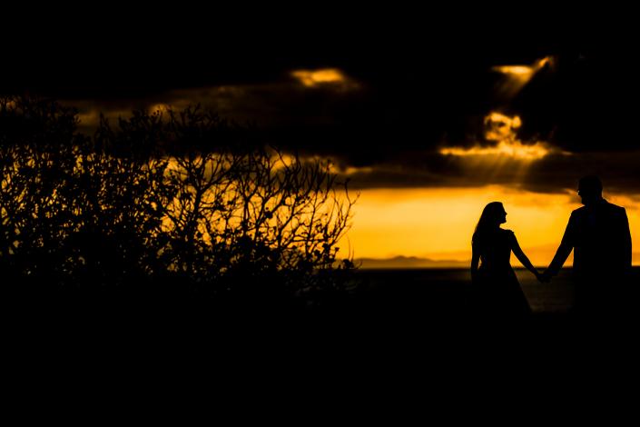 Trash the dress a Sabaudia - tramonto mano nella mano