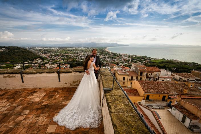 Trash the dress a Sabaudia - abbraccio sposi in terrazza