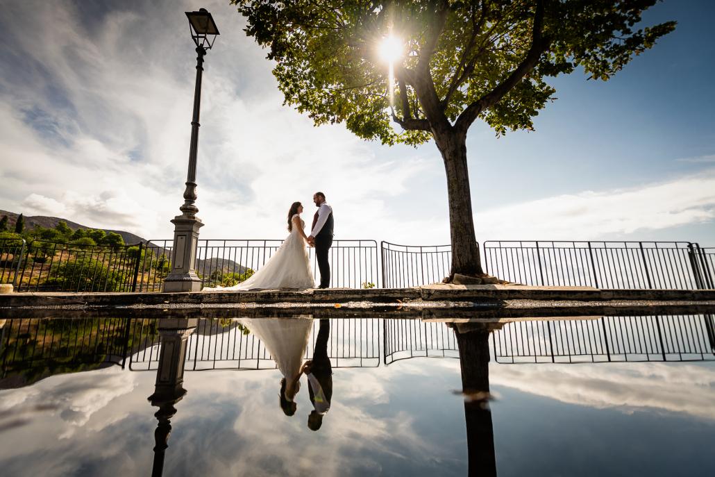 Trash the dress a Sabaudia - riflesso sposi sull'acqua
