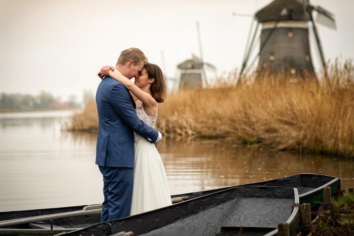 trash the dress olanda - sposi in barca vicino ai mulini