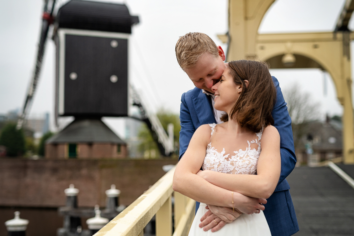 trash the dress amsterdam - bacio su un antico ponte levatoio