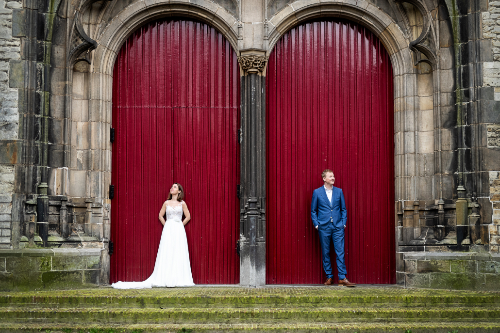 trash the dress olanda - sposi appoggiati a due porte rosse