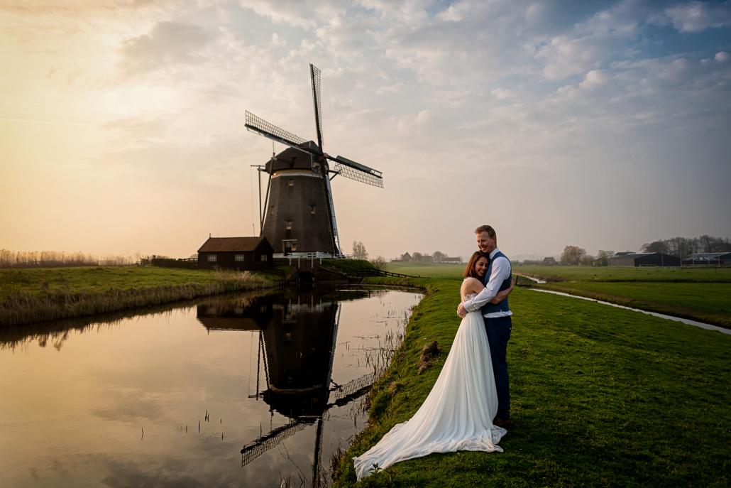 trash the dress in Olanda - sposi si abbracciano al mulino