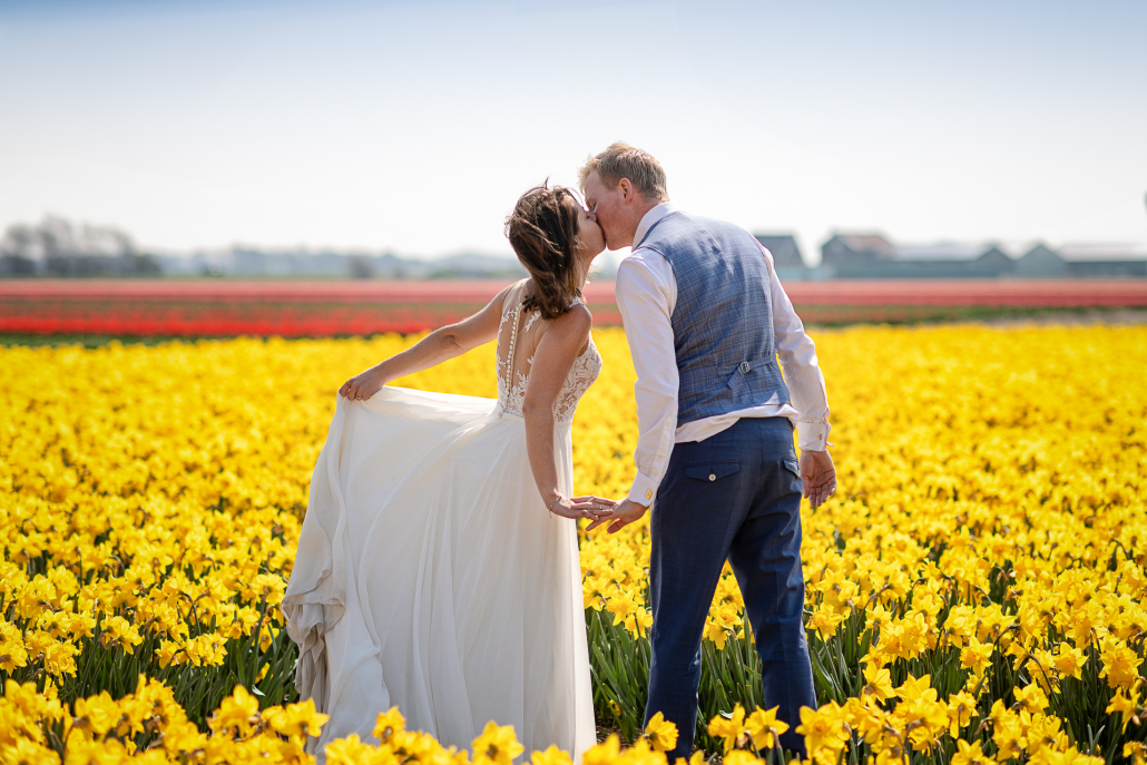 trash the dress in Olanda - bacio tra i fiori