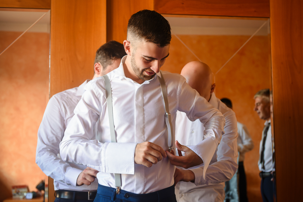 Matrimonio a Villa Rezzonico - vestizione sposo