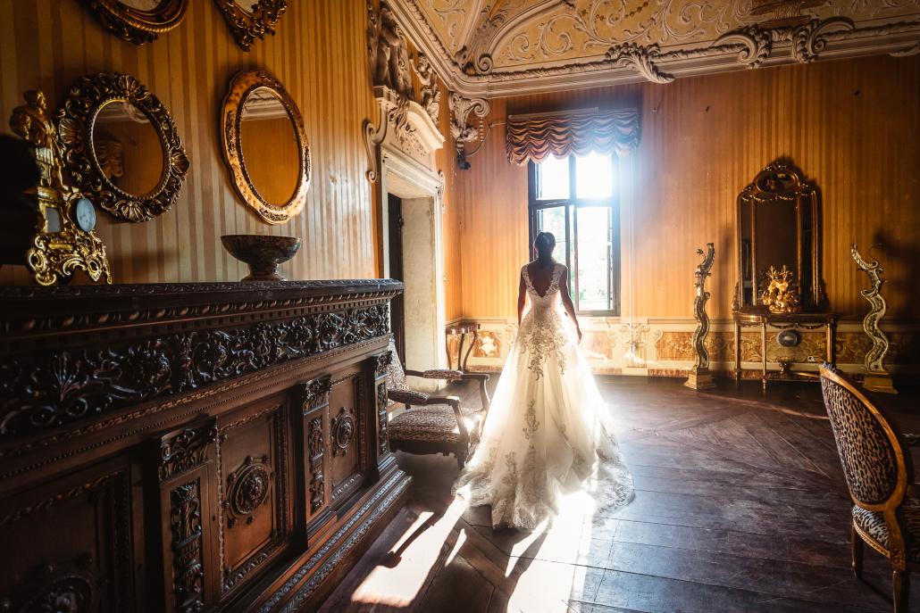 Matrimonio a Villa Rezzonico - sposa cammina