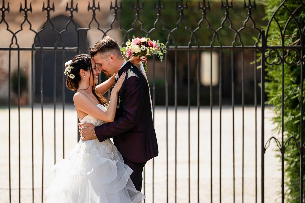 Matrimonio a Corte di Casale - sposi si abbracciano