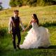 Matrimonio a Corte di Casale - sposi camminano nel prato