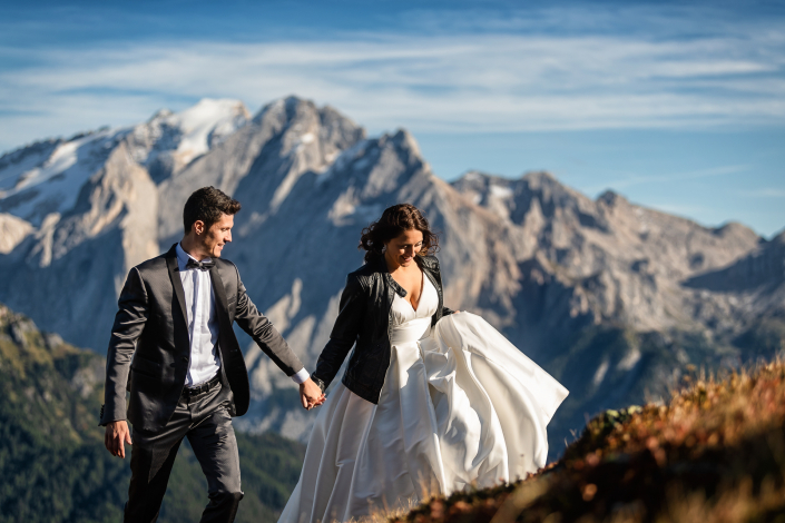 trash the dress al lago di carezza - sposi camminano a mano in montagna