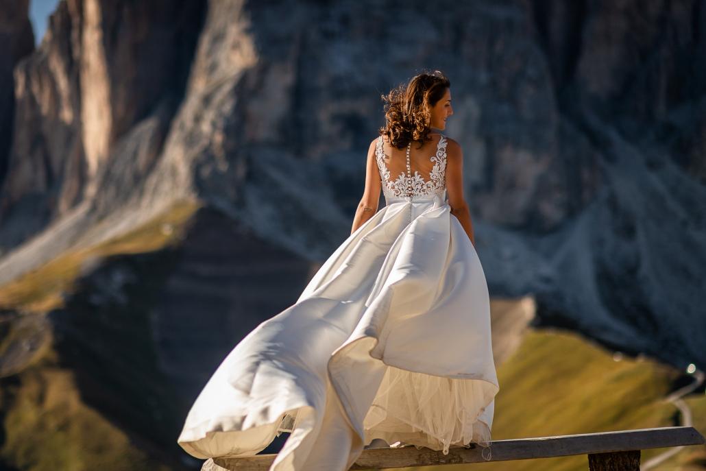 trash the dress al lago di carezza - sposa con gonna al vento