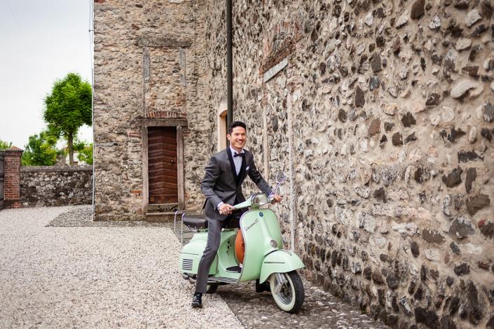 Matrimonio a Villa San Biagio - sposo in vespa