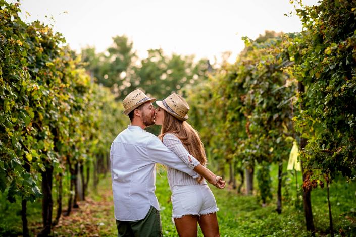 engagement a Breganze - bacio nel vigneto