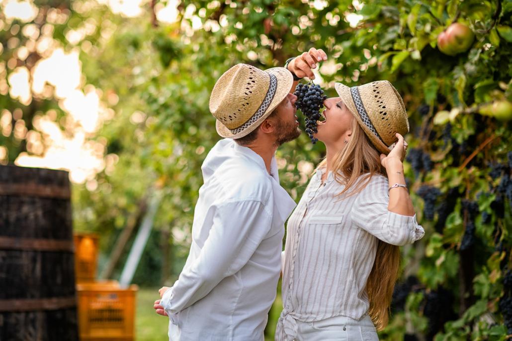 servizio fotografico di coppia a Breganze - innamorati mangiano uva