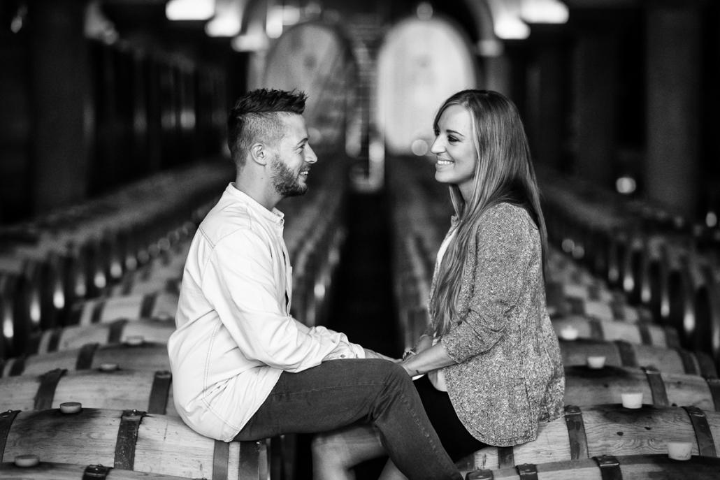 servizio fotografico di coppia a Breganze - coppia seduta sulle botti