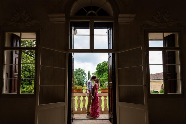 engagement in Villa Zileri - coppia al balcone