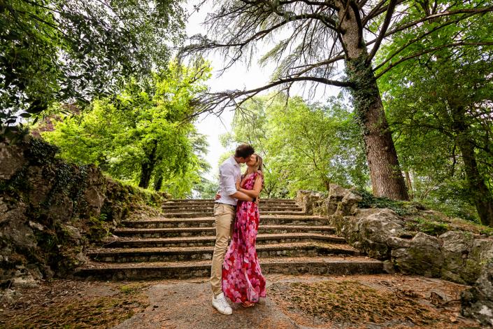 servizio fotografico di coppia in Villa Zileri - bacio sulla scalinata