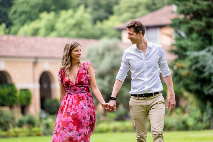 engagement in Villa Zileri - coppia cammina a mano