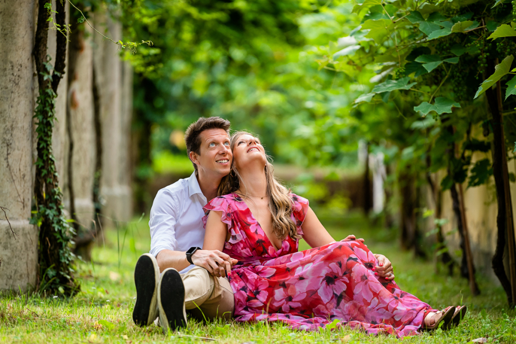 engagement in Villa Zileri - coppia seduta nel vigneto