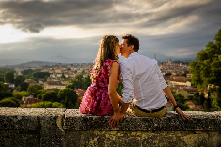 servizio fotografico di coppia in Villa Zileri - bacio sul muretto