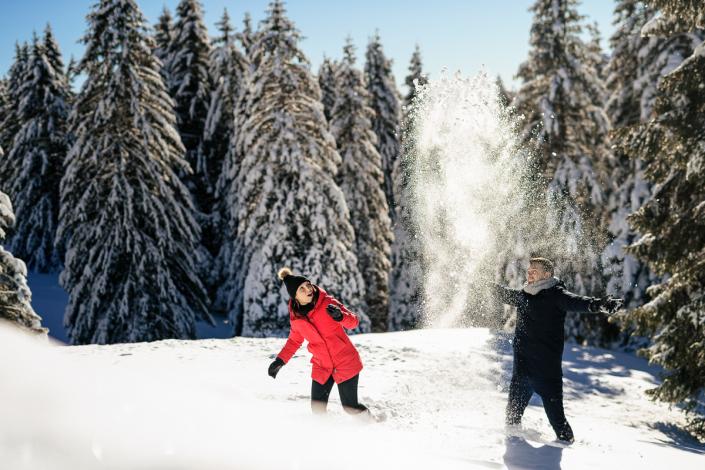 engagement su Cima Larici ad Asiago - coppia gioca con la neve