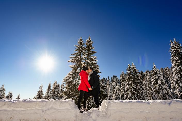 servizio fotografico di coppia su Cima Larici ad Asiago - bacio coppia sulla neve