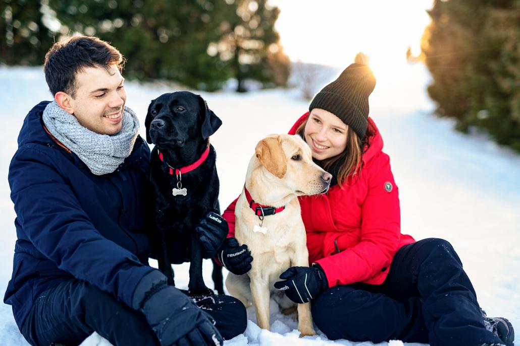 servizio fotografico di coppia su Cima Larici ad Asiago - coppia con cani sulla neve