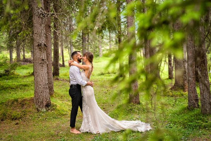 trash the dress al Lago di Braies - sposi abbracciati nel bosco