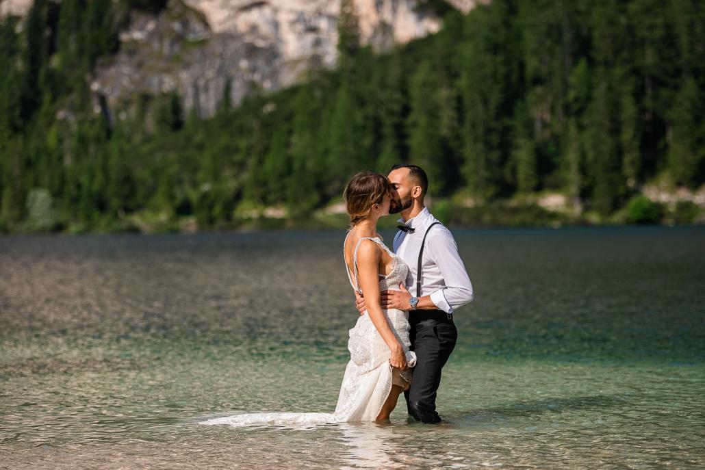 trash the dress al Lago di Braies - sposi bacio in acqua