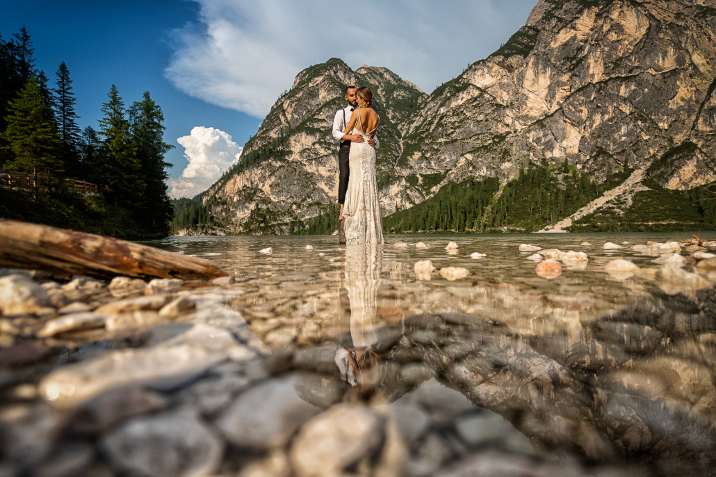 trash the dress al Lago di Braies - sposi su un sasso nell'acqua