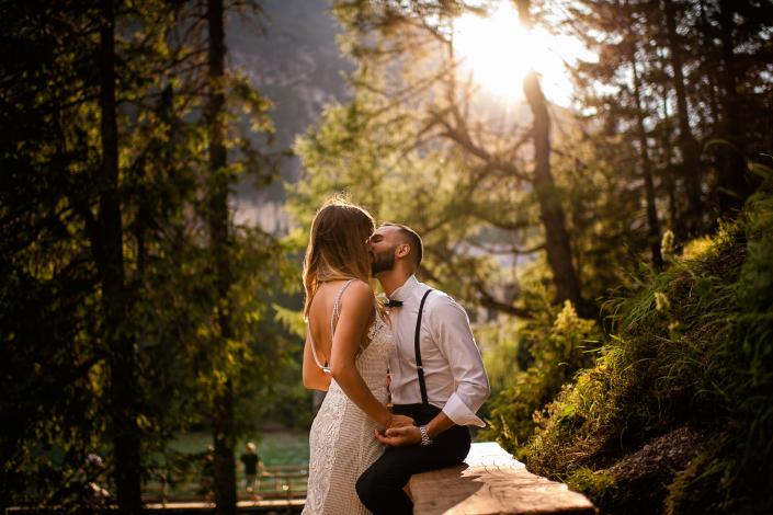 trash the dress al Lago di Braies - bacio sposi