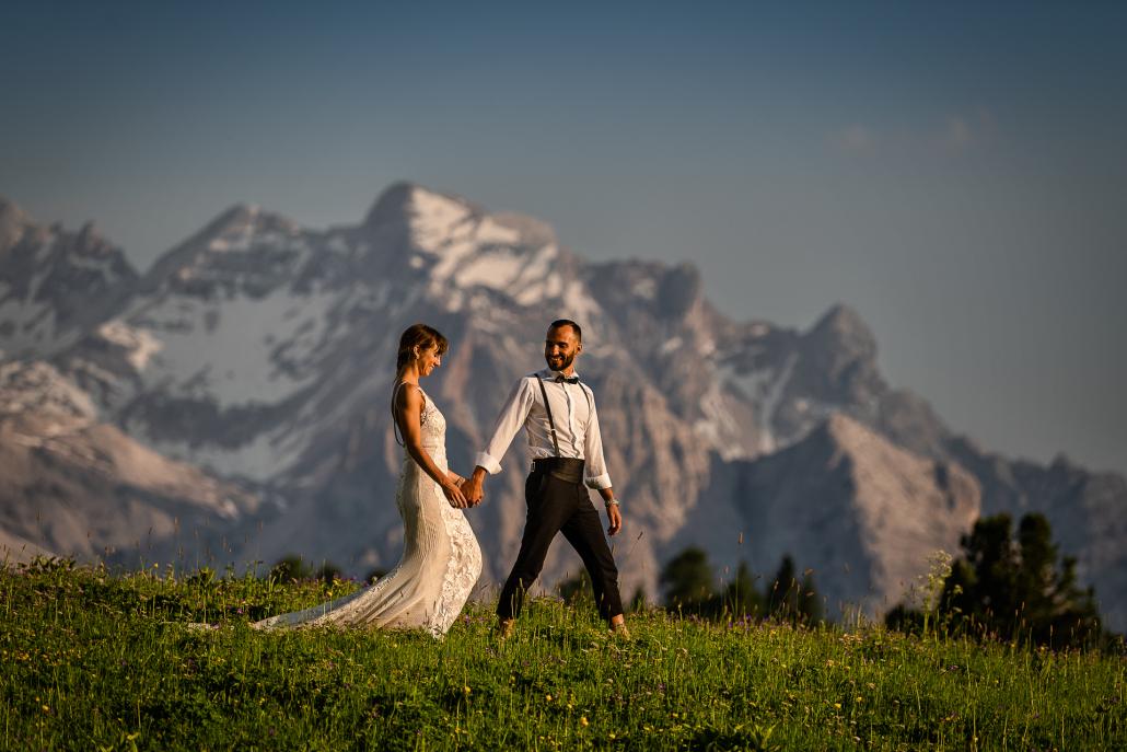 trash the dress al Lago di Braies - sposi camminano tra i monti