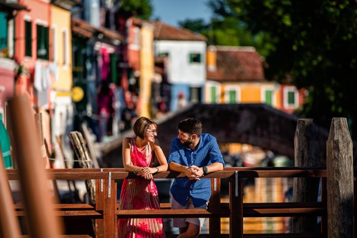 servizio fotografico di coppia a Burano - coppia si guarda sul ponte