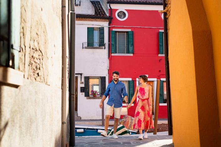 servizio fotografico di coppia a Burano - coppia tra le case colorate
