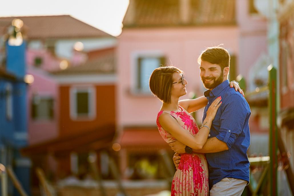 engagement a Burano - coppia ride tra le case colorate