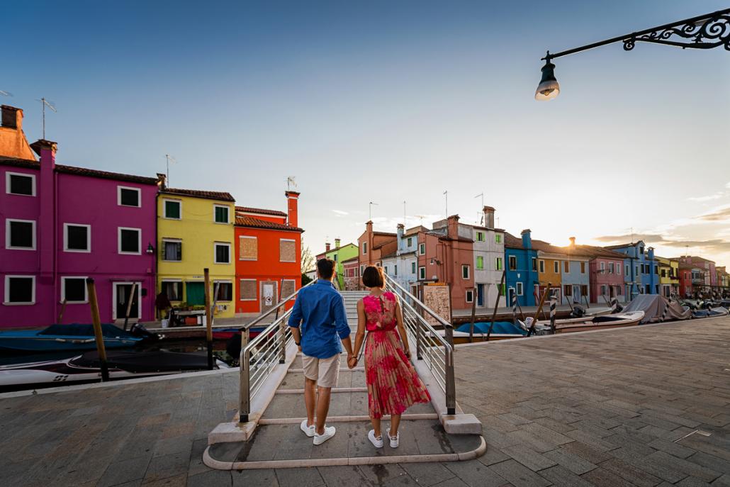 servizio fotografico di coppia a Burano - coppia passeggia in città