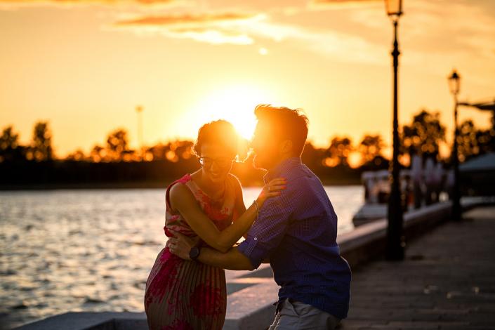 servizio fotografico di coppia a Burano - coppia guarda il tramonto