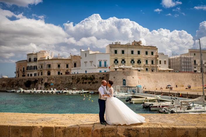trash the dress in Puglia - bacio sposi al porto