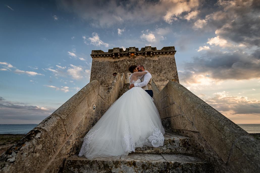 trash the dress in Puglia - bacio sulla scalinata
