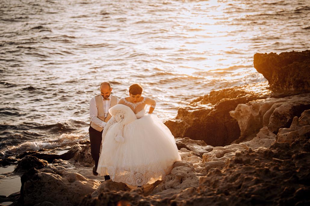 trash the dress in Puglia - sposa cammina sui sassi