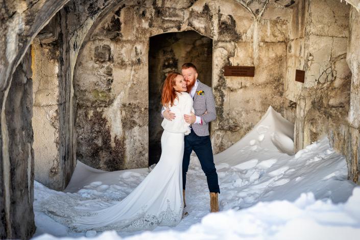 trash the dress a Forte Verena - sposi abbracciati nella fortezza
