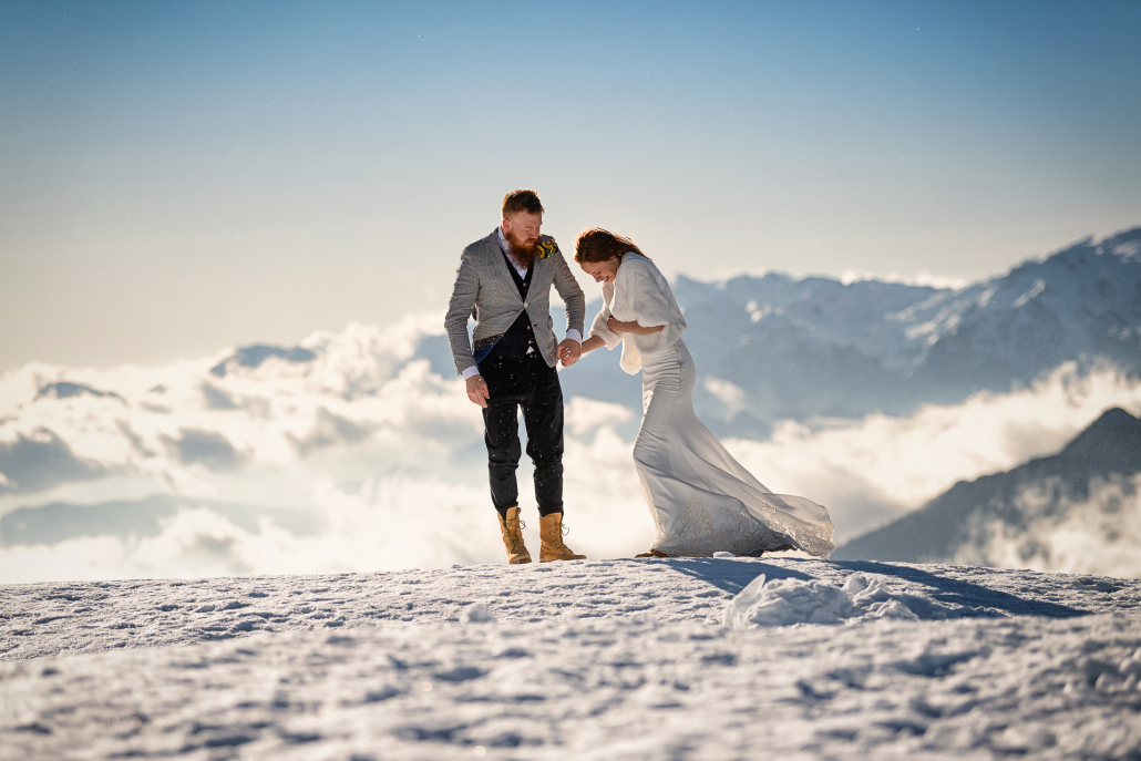 trash the dress a Forte Verena - sposi camminano nel vento