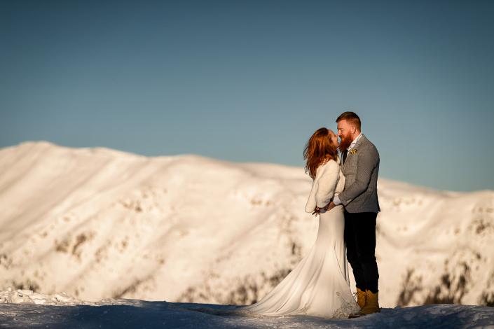trash the dress a Forte Verena - sposi si guardano tra le montagne