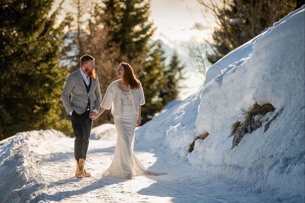 trash the dress a Forte Verena - sposi camminano a mano