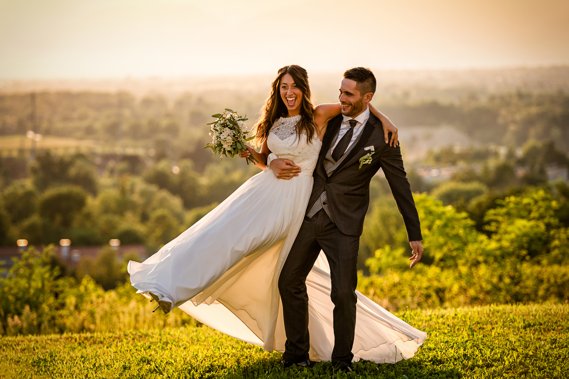 fotografo matrimonio - sposo solleva la sposa