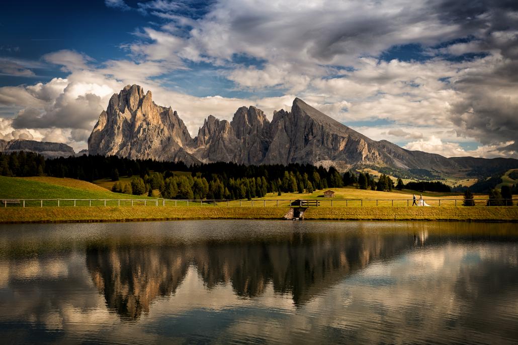 Trash the dress in Alpe di Siusi - sposi camminano al lago