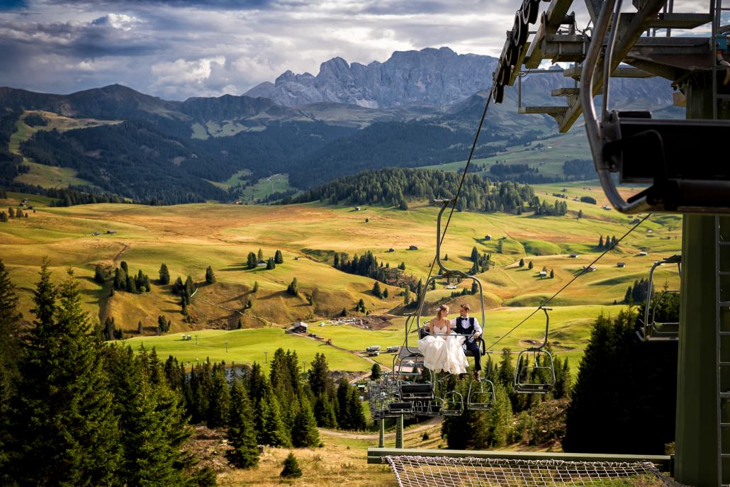 Trash the dress in Alpe di Siusi - sposi in seggiovia