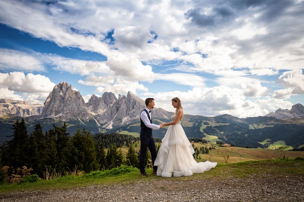 Trash the dress in Alpe di Siusi - mano nella mano